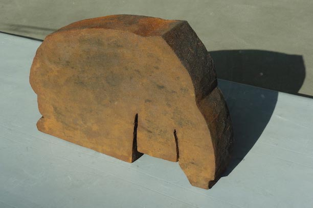 "Ruth Lahrmann, Skulptur aus der Serie ""fake news"""